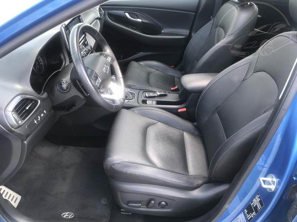 Modrý Hyunday i30 na prodej, interiér, kožené přední sedačky, v provozu od dubna 2017, benzín, automat, najeto 58.170 km, autobazar Auto Faltys