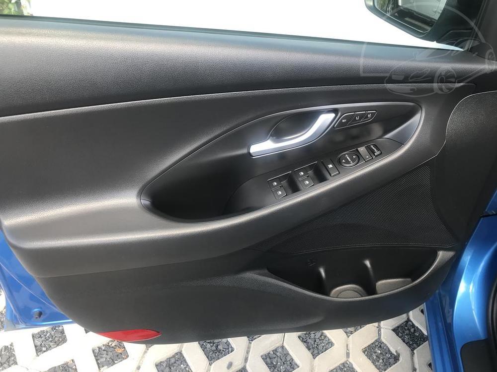 Modrý Hyunday i30 na prodej, interiér, přední dveře, v provozu od dubna 2017, benzín, automat, najeto 58.170 km, autobazar Auto Faltys
