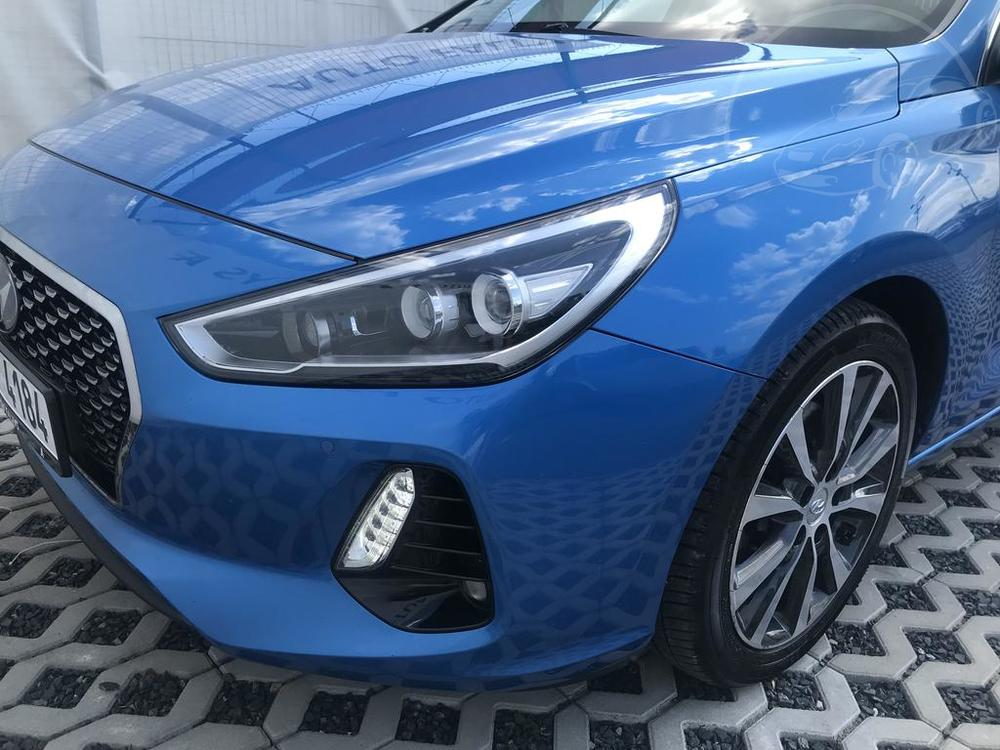 Modrý Hyunday i30 na prodej, karoserie, přední světlomety, v provozu od dubna 2017, benzín, automat, najeto 58.170 km, autobazar Auto Faltys