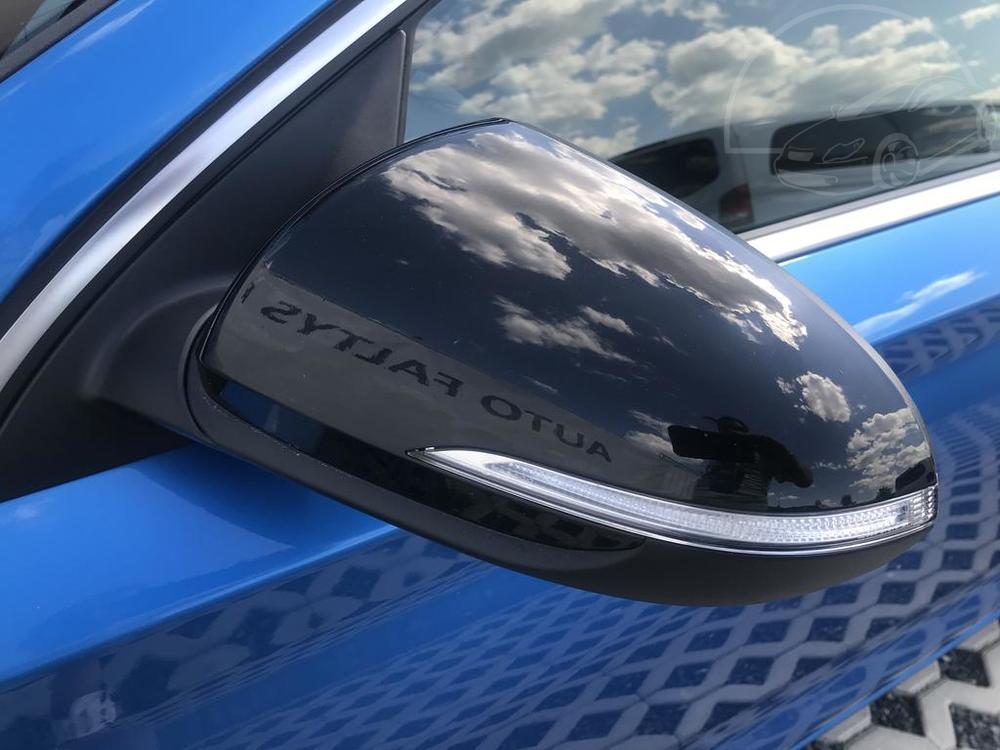 Modrý Hyunday i30 na prodej, karoserie, detail zrcátka, v provozu od dubna 2017, benzín, automat, najeto 58.170 km, autobazar Auto Faltys