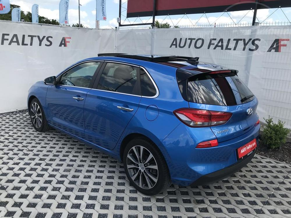 Modrý Hyunday i30 na prodej, levý bok karosérie, v provozu od dubna 2017, benzín, automat, najeto 58.170 km, autobazar Auto Faltys