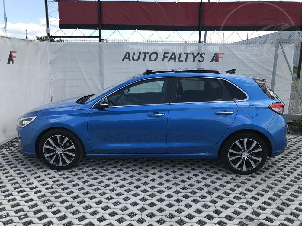 Modrý Hyunday i30 na prodej, levý bok karosérie, litá kola, v provozu od dubna 2017, benzín, automat, najeto 58.170 km, autobazar Auto Faltys