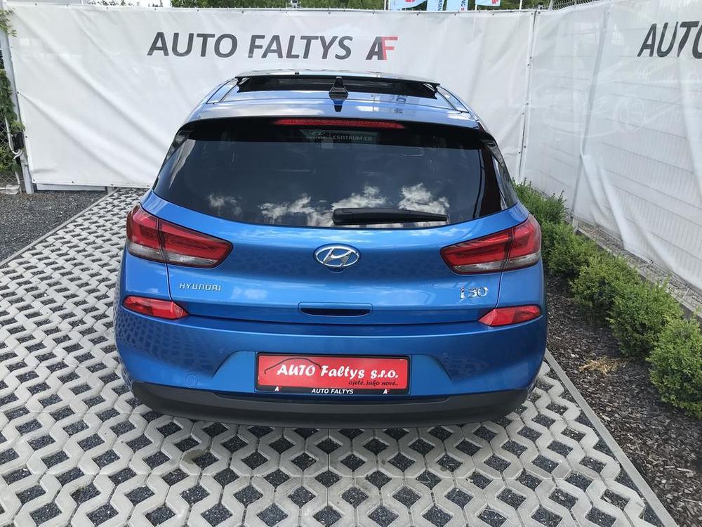 Modrý Hyunday i30 na prodej, zadní část karosérie, kufr, v provozu od dubna 2017, benzín, automat, najeto 58.170 km, autobazar Auto Faltys