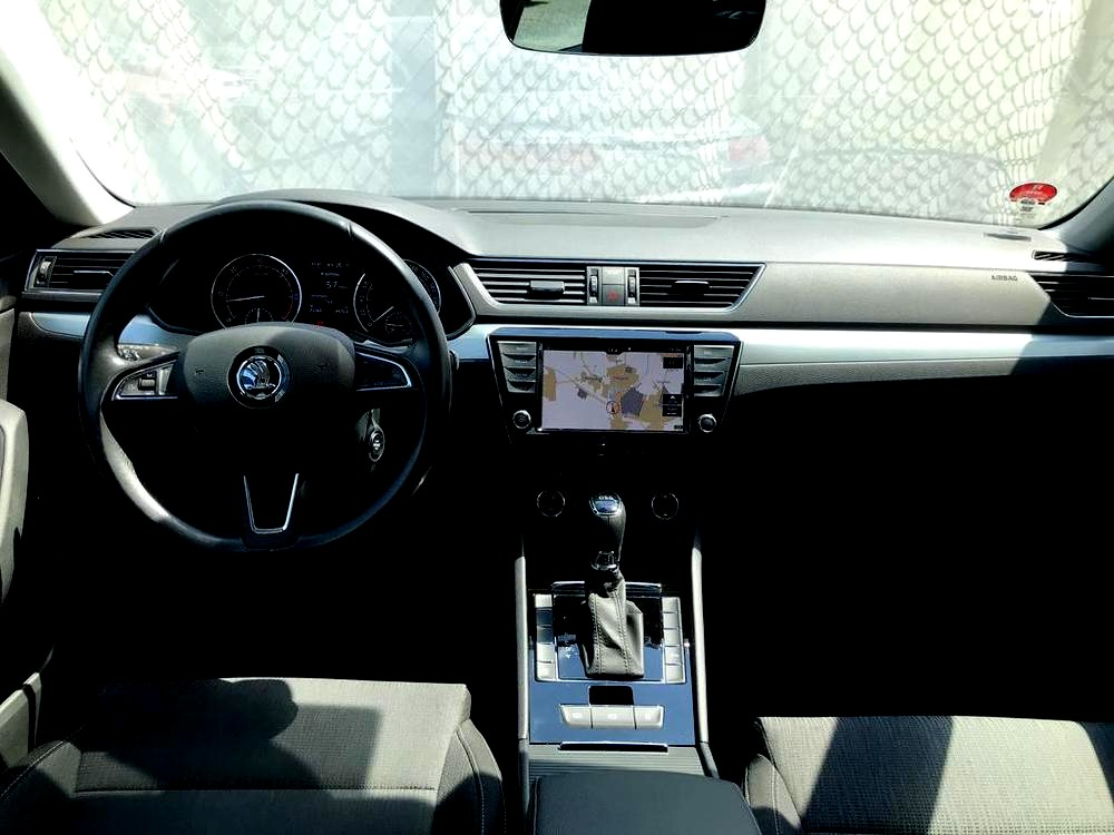 Prodej černá Škoda Superb 2.0 TDI, interiér, palubní deska, polohovatelný volant, najeto 72.265 Km, cena 449.990 Kč, autobazar Auto Faltys