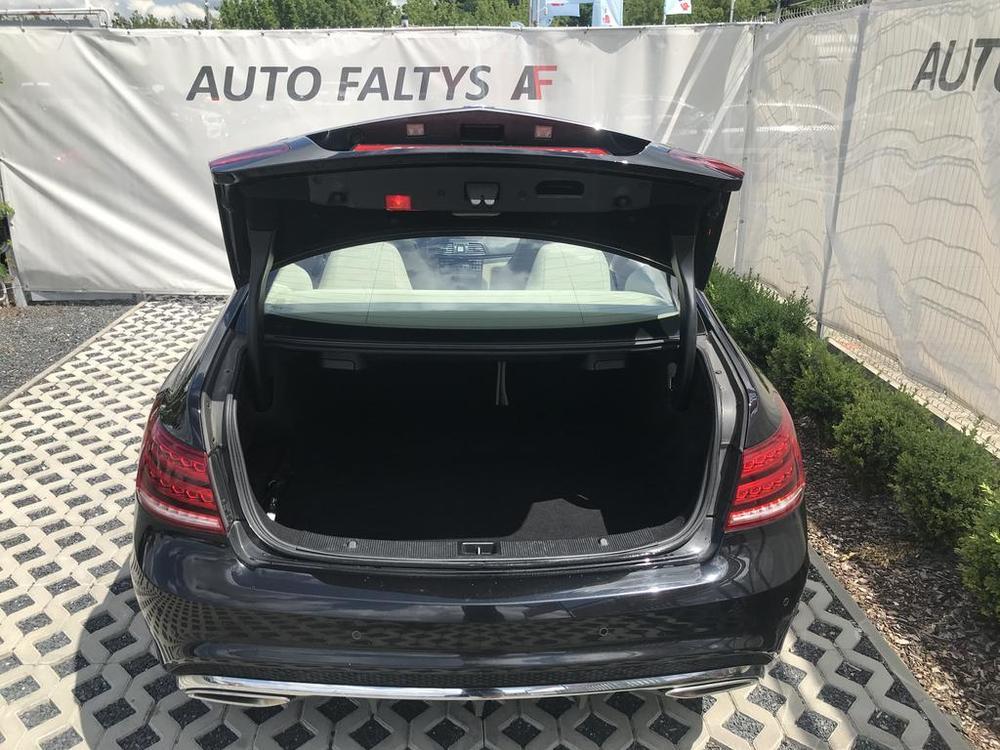 Pohled do zavazadlového kufru, černý Mercedes E 250 na prodej, CDI, AMG, 150 KW, diesel, automat, najeto jen 65.156 kilometrů