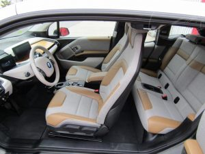 Luxusní interiér v BMW i3 REX 7 - kůže, dřevo a hi-tech materiály