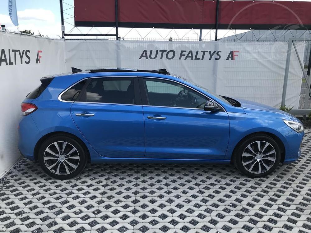 Modrý Hyunday i30 na prodej, pravý bok karosérie, v provozu od dubna 2017, benzín, automat, najeto 58.170 km, autobazar Auto Faltys