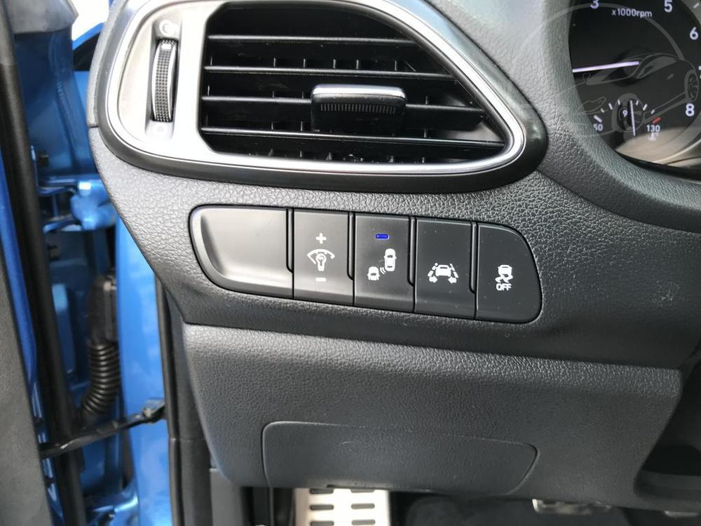 Modrý Hyunday i30 na prodej, interiér v provozu od dubna 2017, benzín, automat, najeto 58.170 km, autobazar Auto Faltys