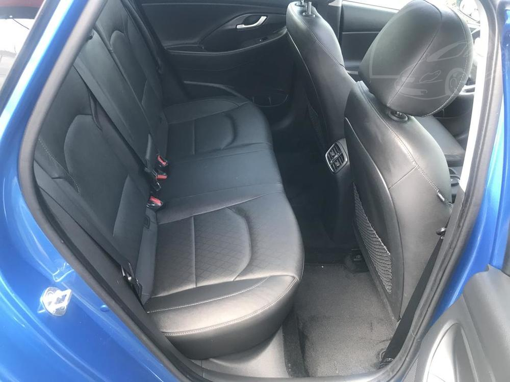Modrý Hyunday i30 na prodej, interiér, kožené černé zadní sedačky, v provozu od dubna 2017, benzín, automat, najeto 58.170 km, autobazar Auto Faltys