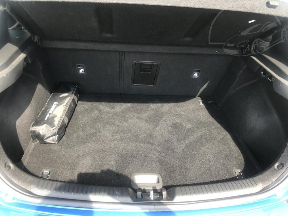 Modrý Hyunday i30 na prodej, interiér, zavazadlový prostor, v provozu od dubna 2017, benzín, automat, najeto 58.170 km, autobazar Auto Faltys