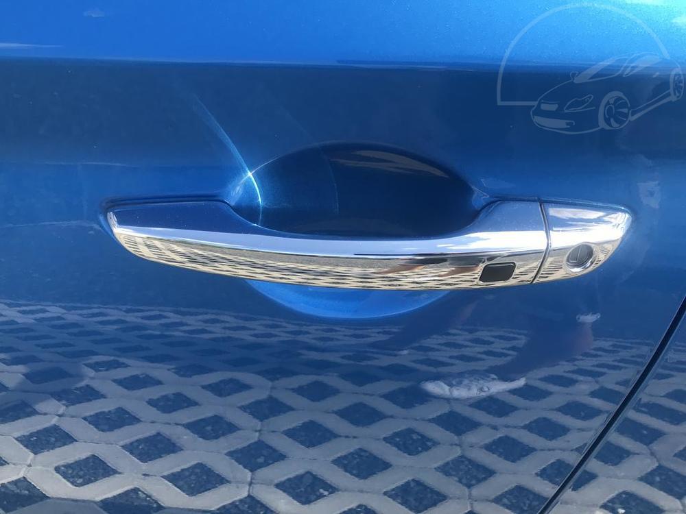 Modrý Hyunday i30 na prodej, karoserie, chromovaná klika dveří, v provozu od dubna 2017, benzín, automat, najeto 58.170 km, autobazar Auto Faltys