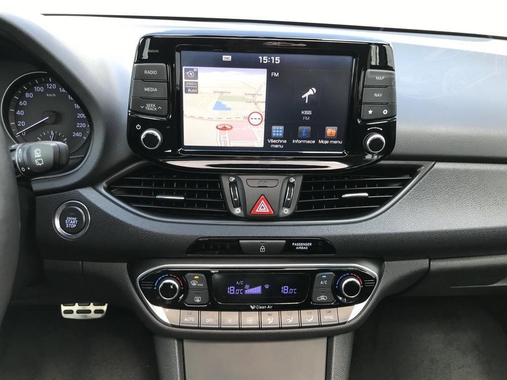 Modrý Hyunday i30 na prodej, autonavigace GPS, klimatizace, v provozu od dubna 2017, benzín, automat, najeto 58.170 km, autobazar Auto Faltys