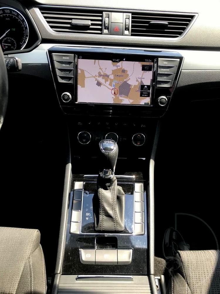 Prodej černá Škoda Superb 2.0 TDI, interiér, vestavěná navigace, řadící páka, najeto 72.265 Km, cena 449.990 Kč, autobazar Auto Faltys