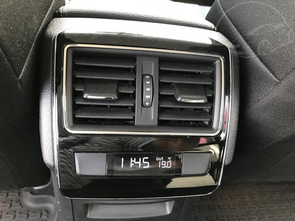 Prodej černá Škoda Superb 2.0 TDI, interiér, klimatizace v zadní části vozu, najeto 72.265 Km, cena 449.990 Kč, autobazar Auto Faltys