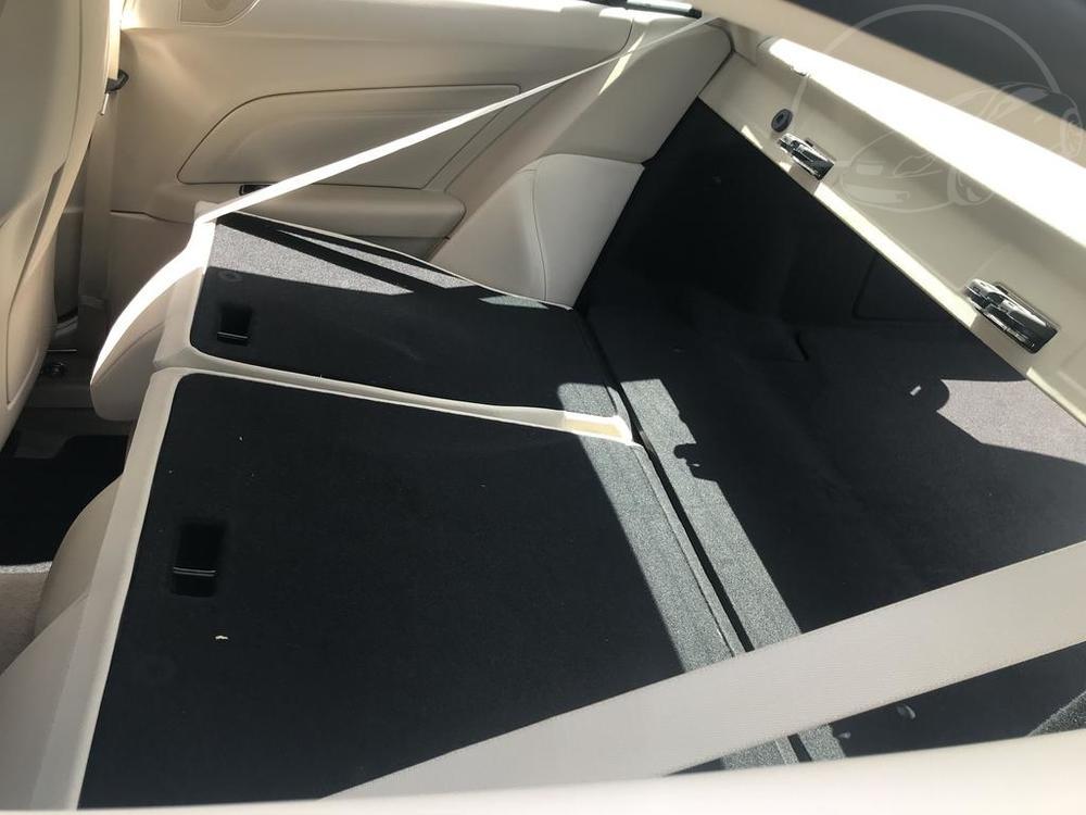 Interiér, sklopené zadní sedačky, černý Mercedes E 250 na prodej, CDI, AMG, 150 KW, diesel, automat, najeto jen 65.156 kilometrů