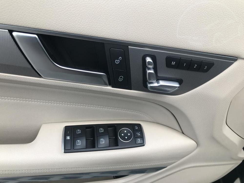 Interiér, přední dveře, černý Mercedes E 250 na prodej, CDI, AMG, 150 KW, diesel, automat, najeto jen 65.156 kilometrů