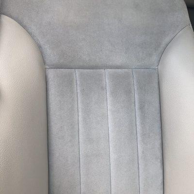 Čerstvě vyčištěná světle šedá Alcantra ve více než 10 let starém Mercedesu.