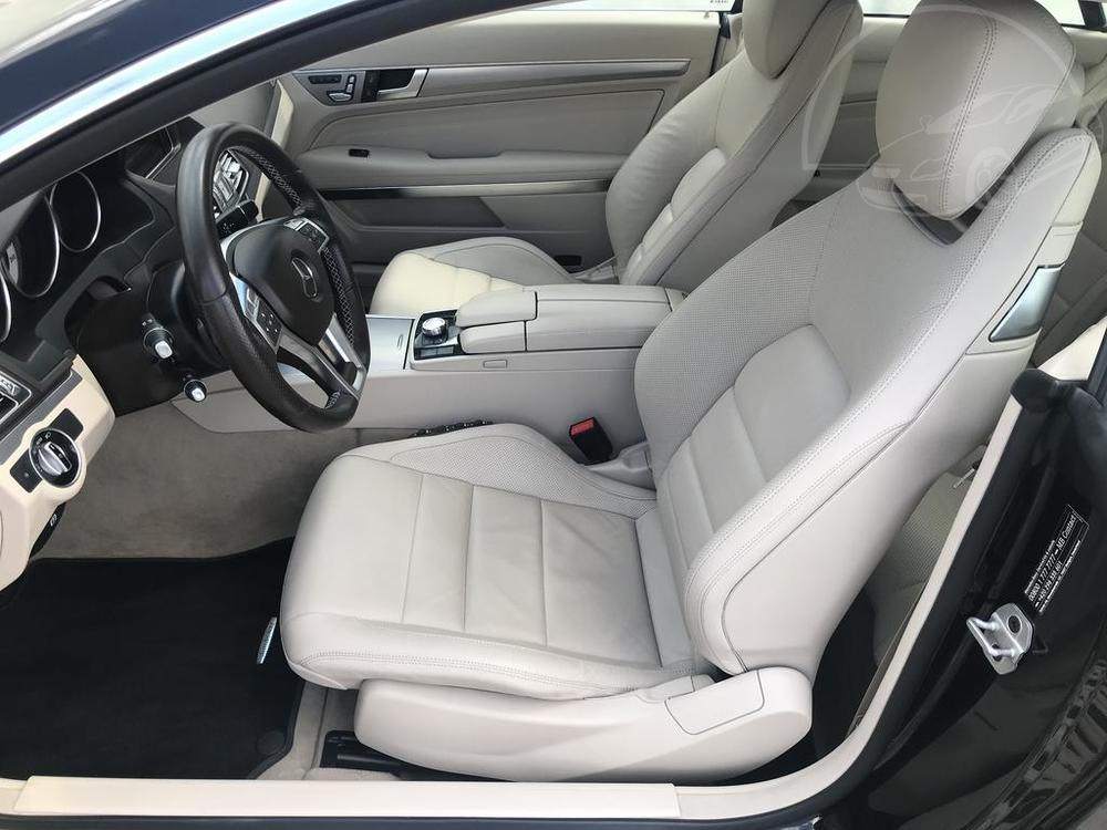Béžové kožené sedačky v Mercedesu E 250 AMG
