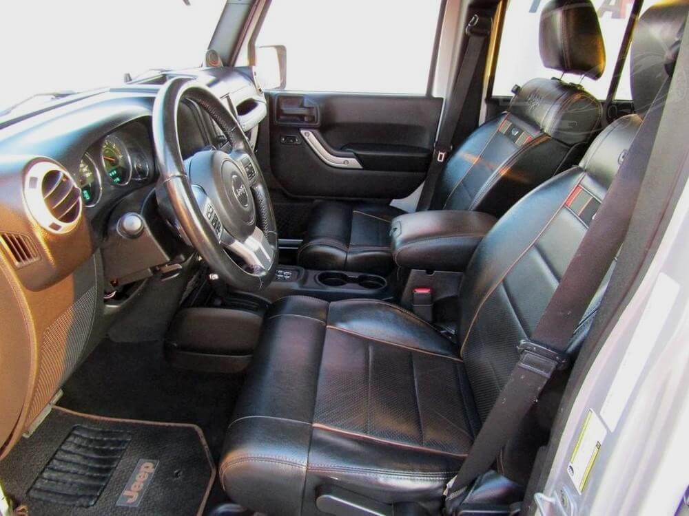 Interiér Jeepu Wrangleru z roku 2011, model 70th Anniversary Edition.