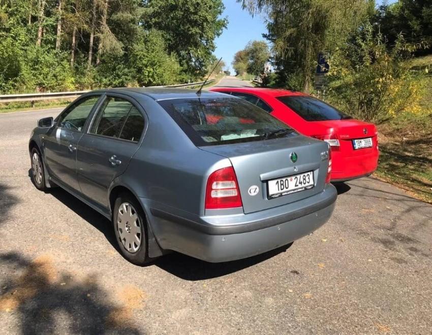 Dvě škody Octavie, stříbrná a červená, na odpočivadle cestou z Brna.