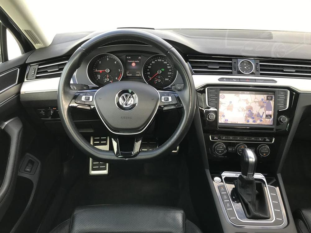 Volkswagen Passat Alltrack combi 2016, interiér, pohled na palubní desku, kožený volant a středový panel, bazar Auto Faltys