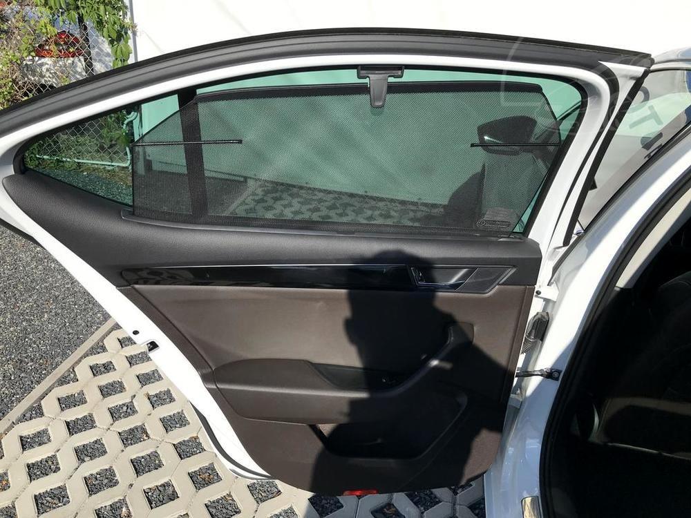 Bílá Škoda Superb 2.0 TDI na prodej, interiér, detail zadní dveře, bazar Auto Faltys