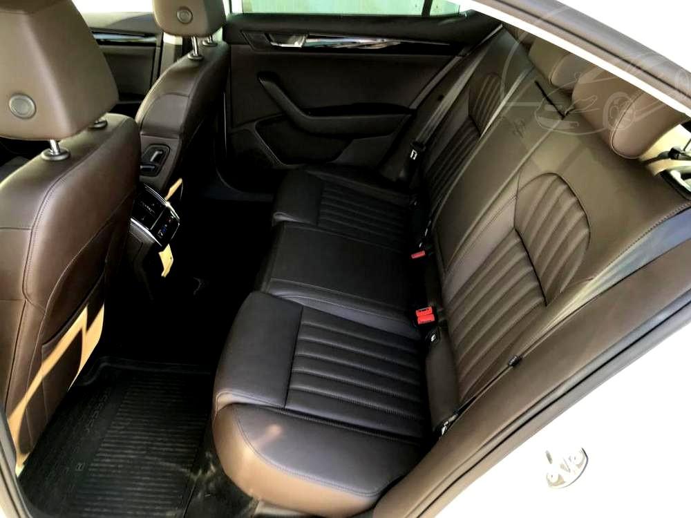 Bílá Škoda Superb 2.0 TDI na prodej, zadní kožená sedadla, bazar Auto Faltys