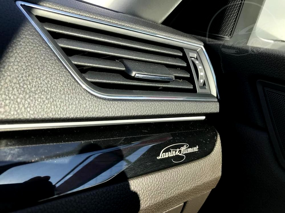 Bílá Škoda Superb 2.0 TDI na prodej, interiér, výdech klimatizace, bazar Auto Faltys