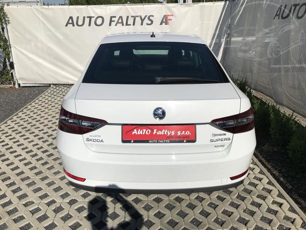 Bílá Škoda Superb 2.0 TDI na prodej, pohled na zadní část karoserie, kufr na zavazadla, bazar Auto Faltys