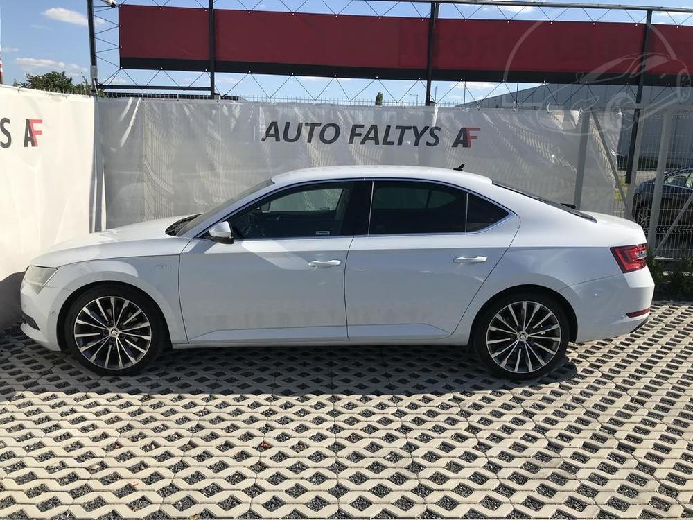 Bílá Škoda Superb 2.0 TDI na prodej, pohled na levý bok karoserie, bazar Auto Faltys