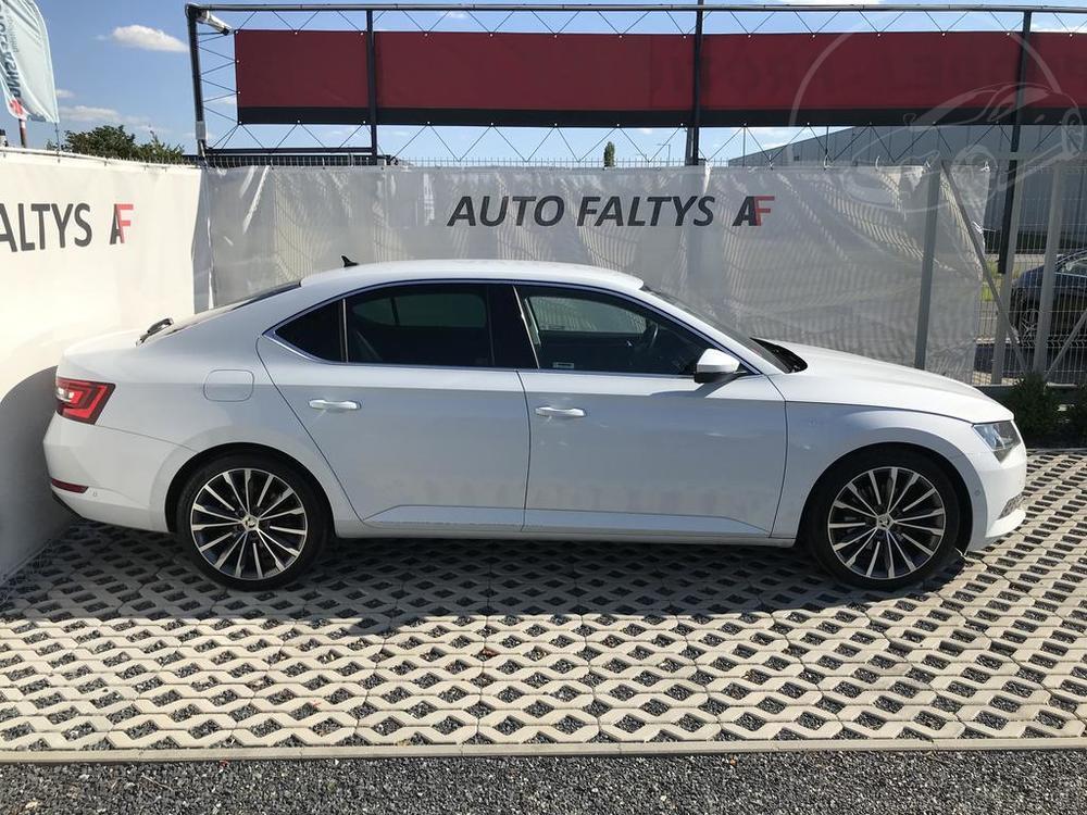 Bílá Škoda Superb 2.0 TDI na prodej, pohled na praví bok karoserie, bazar Auto Faltys