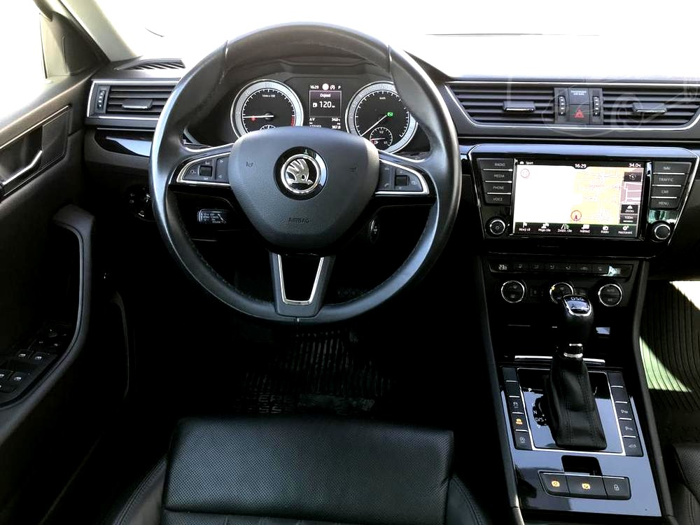 Bílá Škoda Superb 2.0 TDI na prodej, palubní deska, volant, řadící páka, bazar Auto Faltys