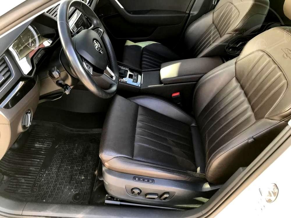Bílá Škoda Superb 2.0 TDI na prodej, přední sedla s koženými potahy, bazar Auto Faltys