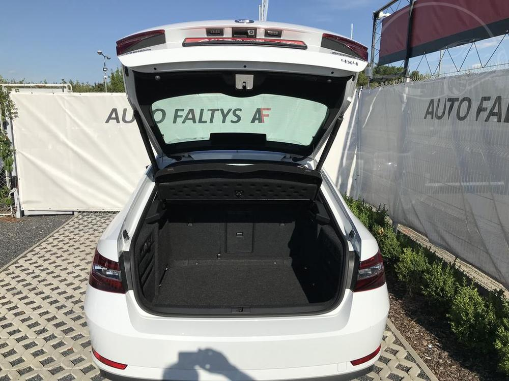 Bílá Škoda Superb 2.0 TDI na prodej, pohled na zavazadlový prostoru bazar Auto Faltys