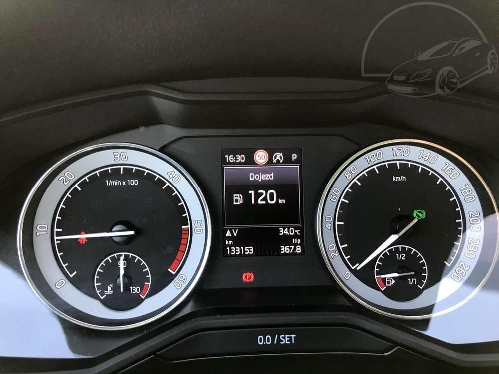 Bílá Škoda Superb 2.0 TDI na prodej, budíky pod volantem, bazar Auto Faltys