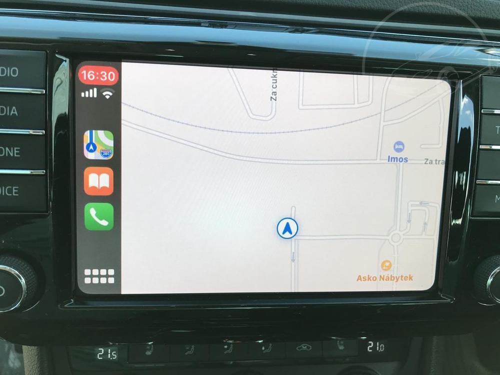 Bílá Škoda Superb 2.0 TDI na prodej, propojení s navigací v telefonu, bazar Auto Faltys