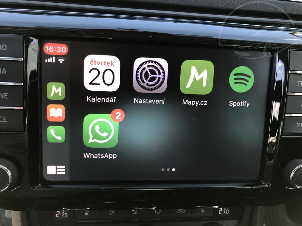 Bílá Škoda Superb 2.0 TDI na prodej, mobil připojený k palubnímu PC, bazar Auto Faltys