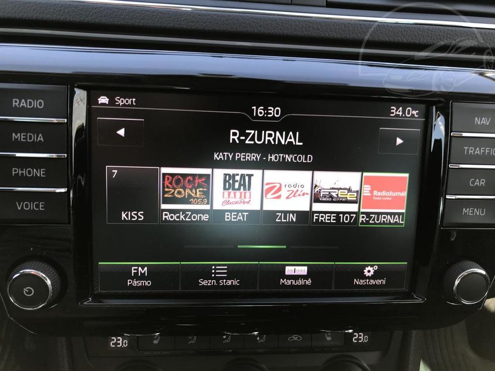 Bílá Škoda Superb 2.0 TDI na prodej, interiér, detail rádia, bazar Auto Faltys