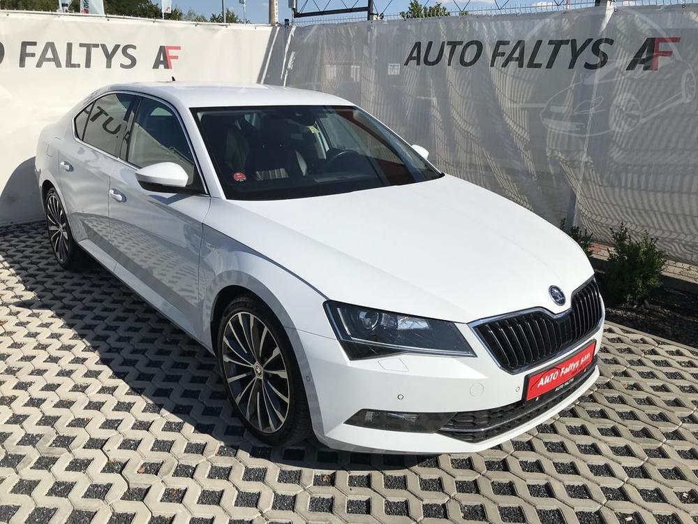 Bílá Škoda Superb 2.0 TDI na prodej, pohled na boční část karoserie a facelift, bazar Auto Faltys