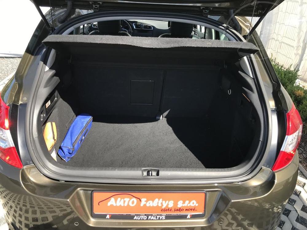 Karoserie Citroenu C4 v barvě světle hnědé metalízy, z roku 2012, najeto 85.007 km,otevřený kufr, pohled do zavazadlového prostoru, autobazar Auto Faltys