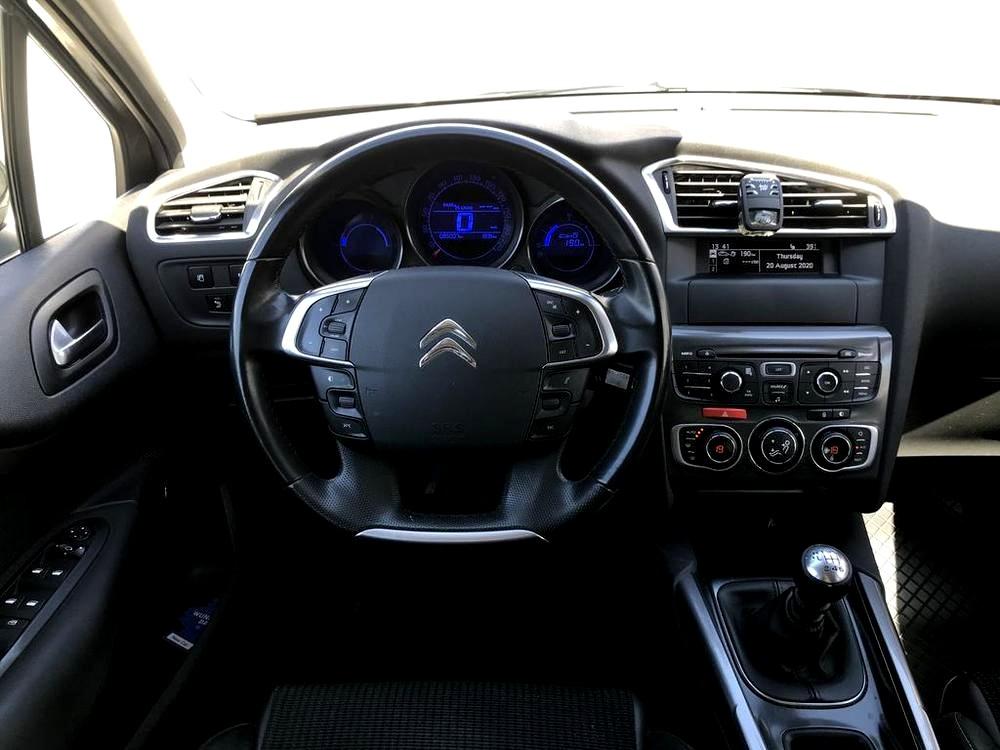 Karoserie Citroenu C4 v barvě světle hnědé metalízy, z roku 2012, najeto 85.007 km, volant, palubní deska, autobazar Auto Faltys