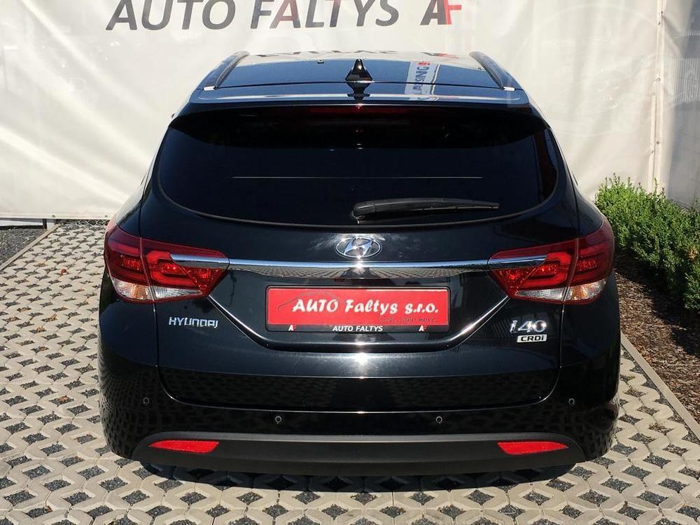 Černá Hyunday i40 kombi, rok 2016, pohled na zadní část karoserie, kufr, Auto Faltys