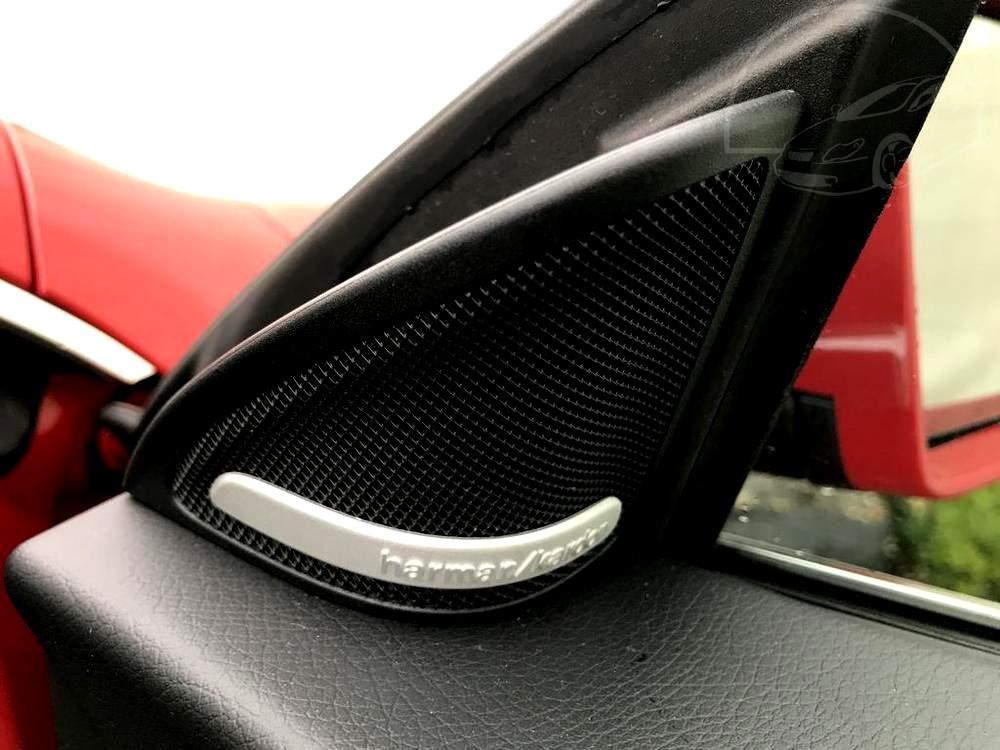 Červený Mercedes-Benz CLA 2.2 CDi, rok 2015, interiér vozu v černé barvě, pohled reproduktor značky Harman