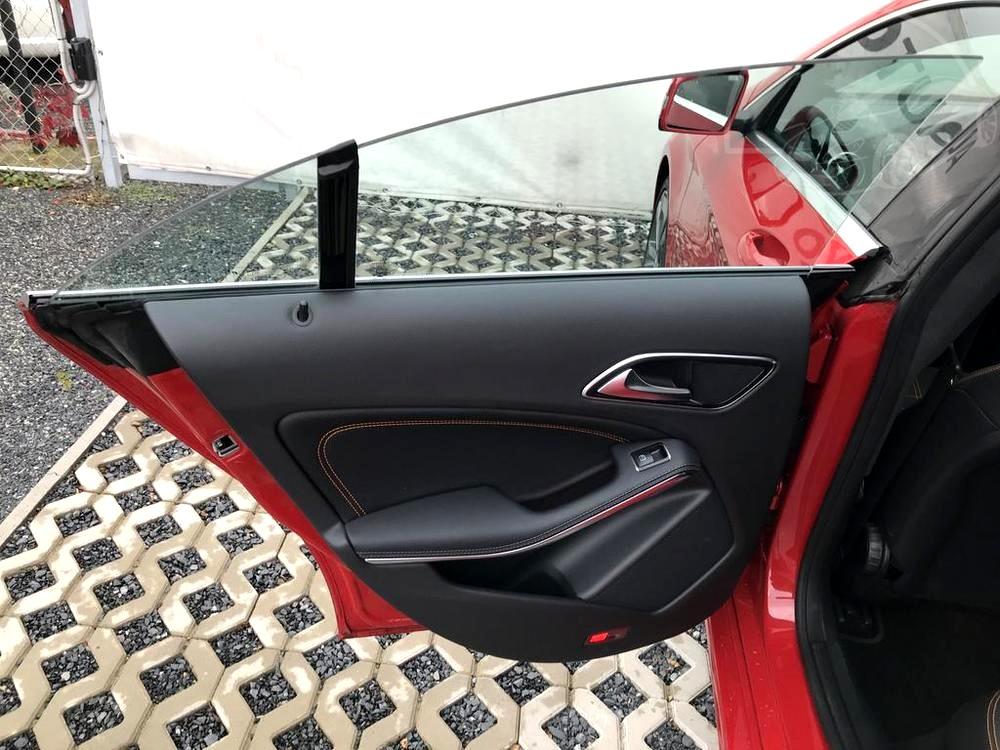 Červený Mercedes-Benz CLA 2.2 CDi, rok 2015, interiér vozu v černé barvě, pohled naotevřené zadní dveře