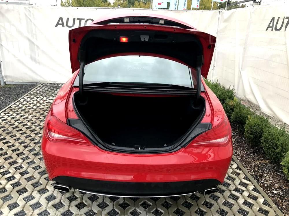 Červený Mercedes-Benz CLA 2.2 CDi, rok 2015, interiér vozu v černé barvě, pohled na otevřený kufr, dveře zavazadlového prostoru