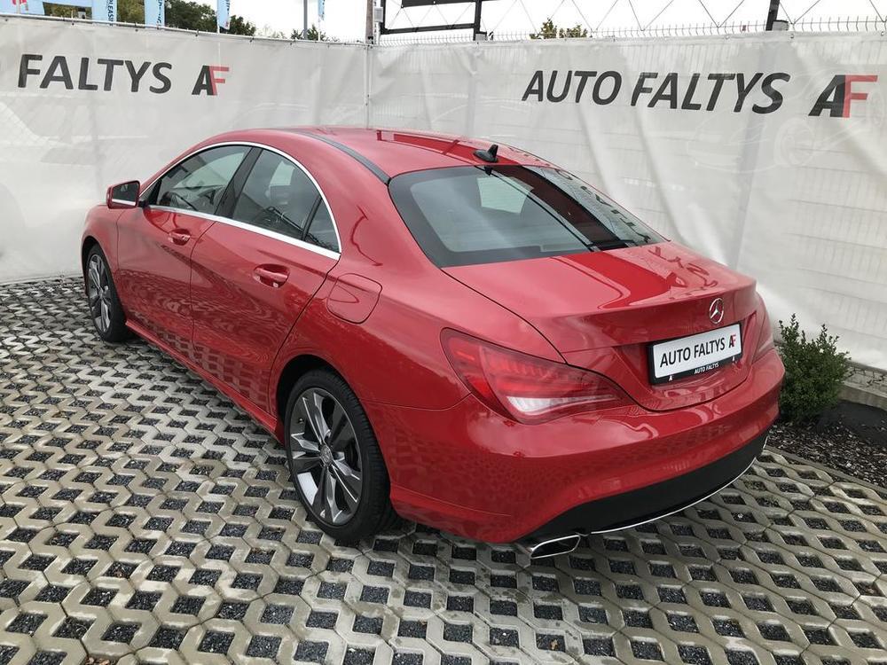 Červený Mercedes-Benz CLA 2.2 CDi, rok 2015, pohled na karoserie ze zadu a z boku,