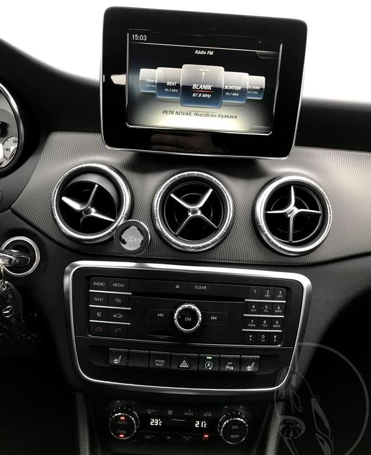 Červený Mercedes-Benz CLA 2.2 CDi, rok 2015, interiér vozu v černé barvě, pohled na středový panel, jak naladit rádio, nastavení klimatizace