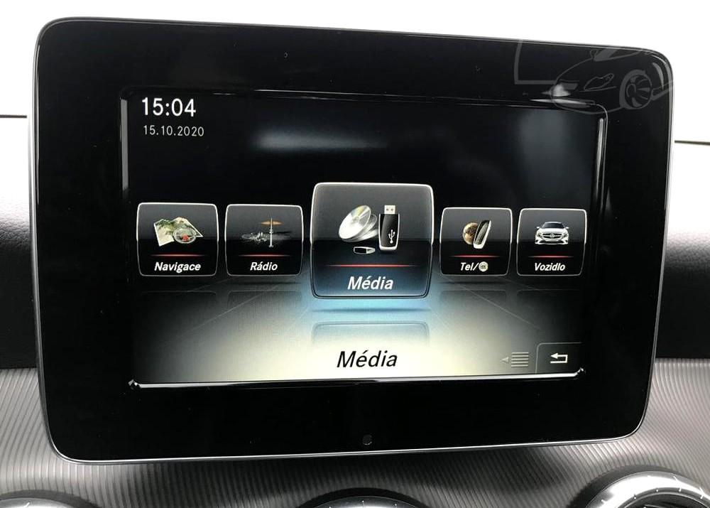 Červený Mercedes-Benz CLA 2.2 CDi, rok 2015, interiér vozu v černé barvě, pohled na LCD panel, media