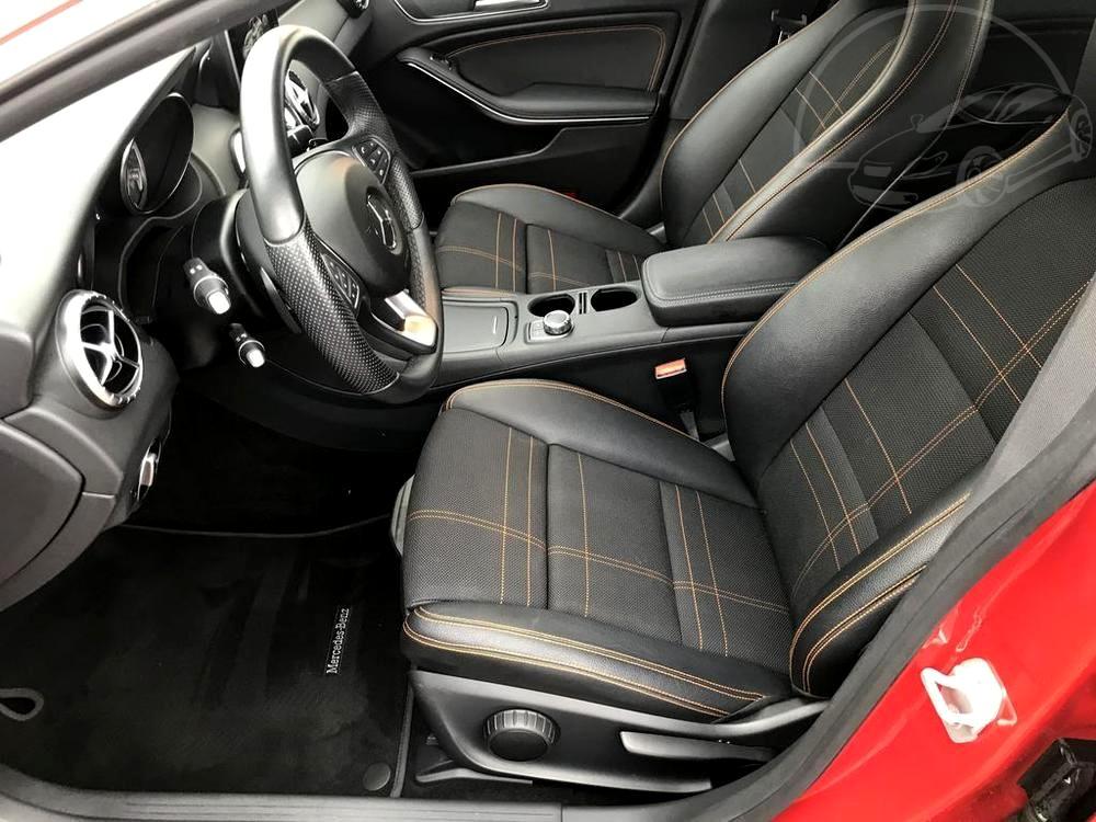 Červený Mercedes-Benz CLA 2.2 CDi, rok 2015, interiér vozu v černé barvě, pohled na přední sedadla
