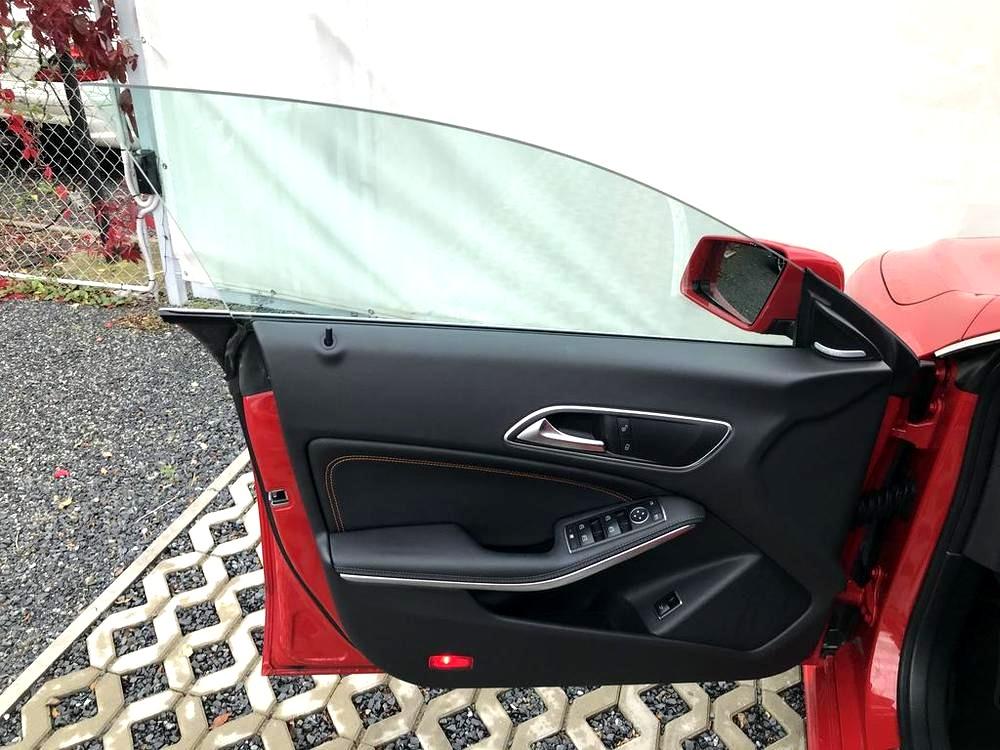 Červený Mercedes-Benz CLA 2.2 CDi, rok 2015, interiér vozu v černé barvě, pohled naotevřené přední dveře